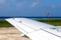 Крыло самолета во время принимать и приземляться Стоковое Фото