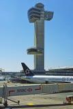 Крыло самолета и мост двигателя в международном аэропорте JFK Стоковое Изображение RF