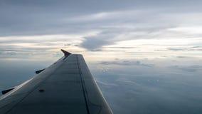 Крыло самолета на красивые пасмурном и небе Стоковое фото RF
