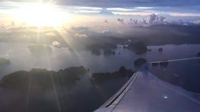 Крыло самолета на небе облака сток-видео
