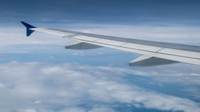 Крыло самолета на небе Стоковое Изображение
