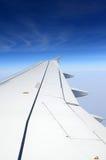 Крыло самолета на предпосылке неба и облаков Стоковое Изображение
