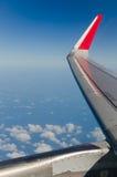 Крыло самолета на backgroun неба Стоковые Фото