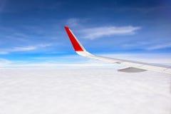 Крыло самолета с красивыми небом и облаком Стоковая Фотография