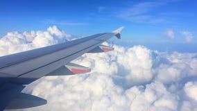 Крыло самолета с облачным небом на предпосылке акции видеоматериалы