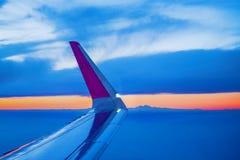 Крыло самолета увиденное через окно иллюминатора Стоковое фото RF