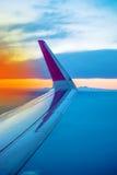 Крыло самолета увиденное через окно иллюминатора Стоковые Изображения