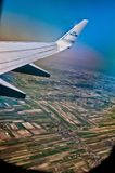 Крыло самолета KLM Боинга 747 через окно Стоковое фото RF