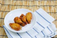 Крыло цыпленка барбекю на белой плите Стоковое Изображение RF