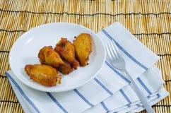 Крыло цыпленка барбекю на белой плите Стоковые Изображения RF