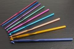 крюки вязания крючком предпосылки близкие вверх стоковое фото