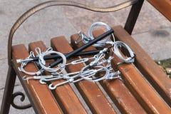 Крюки, крепление, веревочка лежа на деревянной скамье Стоковые Фотографии RF