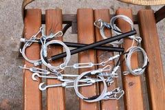 Крюки, крепление, веревочка лежа на деревянной скамье Стоковые Изображения