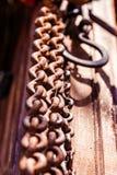 Крюк для цепного блока на деревянной земле стоковые изображения rf