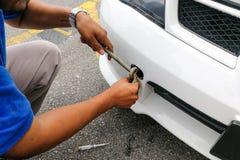 Крюк и цепь отладки механика на автомобиль, который нужно отбуксировать Стоковое фото RF