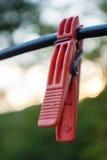 Крюк яркого цвета зажимки для белья красный на кабеле Стоковые Изображения RF