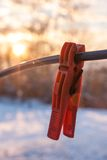 Крюк яркого цвета зажимки для белья красный на кабеле Стоковое Изображение