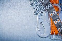 Крюк carabiner цепи металла ремня безопасности на металлической предпосылке co Стоковые Фотографии RF