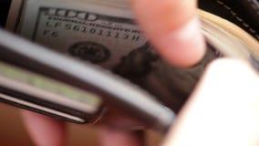 Кто-нибудь подсчитывает деньги в его бумажнике видеоматериал