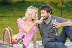Кто самые голодные? Красивая молодая женщина подавая ее boyfri Стоковое Фото