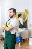 Кто сказало что чистка дома только для женщин? стоковые фотографии rf