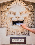 Кто-то бросая письмо в старом почтовом ящике стоковые фото