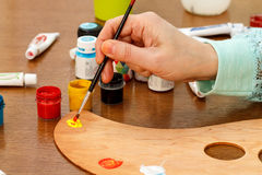 Кто-то вручает смешивая краски на палитре Стоковые Изображения