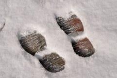 Кто-то вышло следы ноги в снег стоковые фото