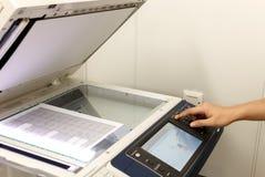 Кто-то копирует документ на машине экземпляра Не-английская середина текста стоковое фото rf