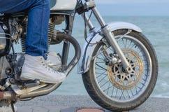 Кто-то на старом мотоцикле Стоковое Фото