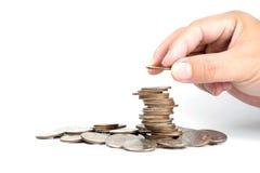 Кто-то добавляет монетку к башне монетки стоковое фото rf