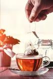 Кто-то подготавливая чай стоковые изображения
