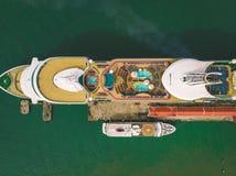 Куала-Лумпур, Малайзия - 12-ое августа 2018: Вид с воздуха стопа туристического судна на порте ` s Penang перед возглавлять к Пху стоковые фото
