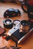Куала-Лумпур, Малайзия - 30-ое августа 2018: Изображение натюрморта цифровой фотокамера и объектива Leica M8 на деревянном столе стоковое фото rf