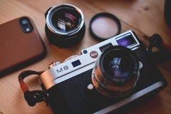 Куала-Лумпур, Малайзия - 30-ое августа 2018: Изображение натюрморта цифровой фотокамера и объектива Leica M8 на деревянном столе стоковое изображение