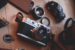 Куала-Лумпур, Малайзия - 30-ое августа 2018: Изображение натюрморта цифровой фотокамера и объектива Leica M8 на деревянном столе стоковая фотография