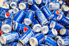 КУАЛА-ЛУМПУР, МАЛАЙЗИЯ, 16-ое апреля 2016: Разлито по бутылкам Пепси и dis стоковая фотография rf