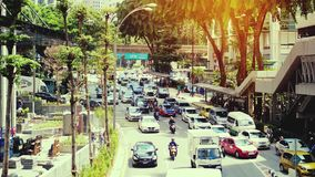 Куала Лумпур, Малайзия 5-ое июля 2018 Движение на дороге на времени захода солнца часа пик suring с влияниями пирофакела объектив видеоматериал