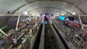 Куала-Лумпур, Малайзия - 17-ое июля 2018: Промежуток времени поезда монорельса на станции монорельса Bukit Bintang сток-видео