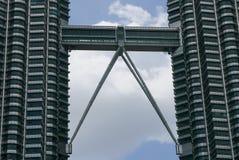 КУАЛА-ЛУМПУР, МАЛАЙЗИЯ - 4-ОЕ МАРТА 2018: Близкий поднимающий вверх взгляд моста неба Башен Близнецы Petronas также известных как стоковая фотография