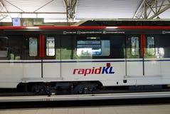 КУАЛА-ЛУМПУР, МАЛАЙЗИЯ - 4-ОЕ МАРТА 2018: Поезд LRT на одной из станции LRT или светлый быстрый переезд полно автоматизированное стоковое изображение