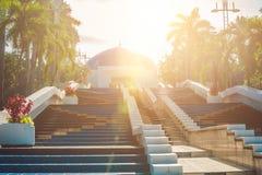 КУАЛА-ЛУМПУР, МАЛАЙЗИЯ - 24-ОЕ ФЕВРАЛЯ 2017: Голубой купол обсерватории Negara астрономической на лестницах стоковая фотография rf