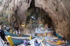 Куала-Лумпур, Малайзия - 24-ое февраля 2019: Пещеры Batu смотря вниз от главной пещеры стоковое фото rf