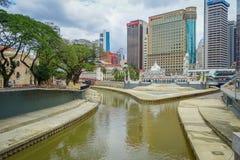Куала-Лумпур, Малайзия - 9-ое марта 2017: Красивый взгляд городского пейзажа центра города с развилкой реки Klang и Gombak Стоковые Фото