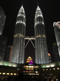 Куала-Лумпур, Малайзия - 10-ое октября 2016: Сцена ночи Башен Близнецы Petronas и Suria KLCC стоковое фото