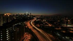 Куала-Лумпур повысил шоссе AKLEH с горизонтом города в Малайзии на заход солнца Timelapse
