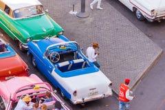 КУБА, ГАВАНА - 5-ОЕ МАЯ 2017: Американские ретро автомобили на улице города Скопируйте космос для текста Взгляд сверху Стоковое Изображение