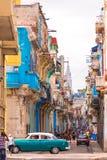 КУБА, ГАВАНА - 5-ОЕ МАЯ 2017: Взгляд улицы старой Гаваны, Кубы скопируйте космос вертикально Стоковые Изображения