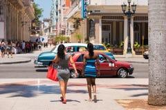 КУБА, ГАВАНА - 5-ОЕ МАЯ 2017: Девушки на кубинськой улице Скопируйте космос для текста Стоковое Изображение