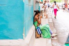 КУБА, ГАВАНА - 5-ОЕ МАЯ 2017: Кубинськие женщины на улице города Скопируйте космос для текста Стоковое Изображение